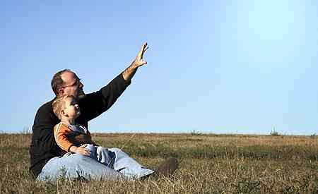vader toont toekomst aan kind